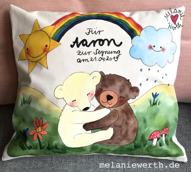 Kinderkissen, Kissen Taufe, Regenbogen mit 2 kuschelnden Bären, Geschenk zur Taufe, Kissenbezug aus Bio-Baumwolle, Geschenk Segnung